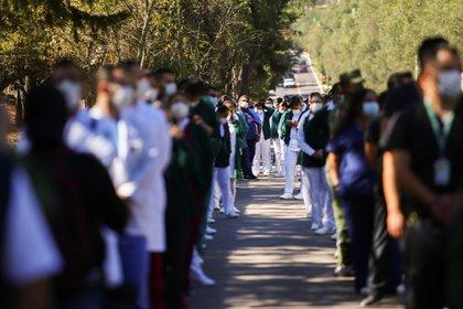 Médicos esperando ser vacunados contra el COVID-19 (Foto: Reuters / Edgard Garrido)