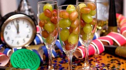 De todas las costumbres para despedir el año y darle la bienvenida al nuevo, la de comer 12 uvas es la más difundida.