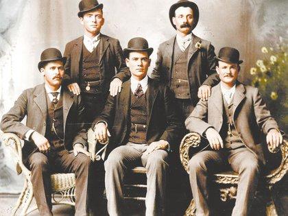 Butch Cassidy (el primero de la derecha, sentado) y Sundance Kid (a su lado) en la Patagonia (Prensa Esquel)
