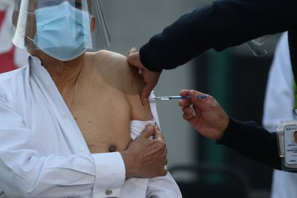 Un médico recibe la vacuna contra la covid-19 en el Hospital General de México, en Ciudad de México (Foto: EFE/Sáshenka Gutiérrez)