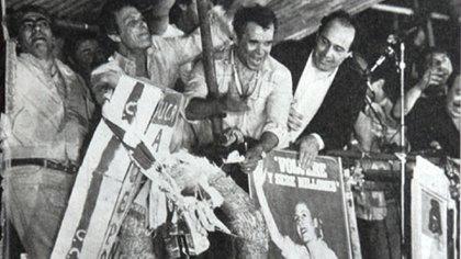 Herminio Iglesias quema el cajón en el 83, junto a él Norberto Beto Imbelloni