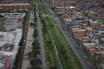 Foto de archivo. Una vista aérea muestra las calles casi desiertas de una avenida en medio de una cuarentena por la pandemia de COVID-19 en Bogotá, Colombia, 7 de abril, 2020. REUTERS/Luisa González