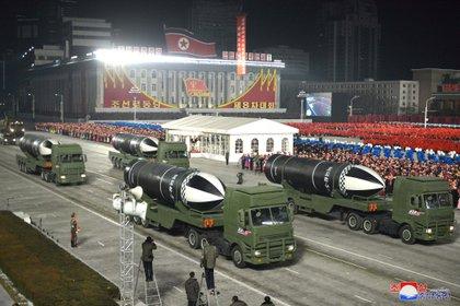 El régimen norcoreano exhibió su poderío militar en el 8° Congreso del Partido de los Trabajadores en Pyongyang este jueves (KCNA via REUTERS)