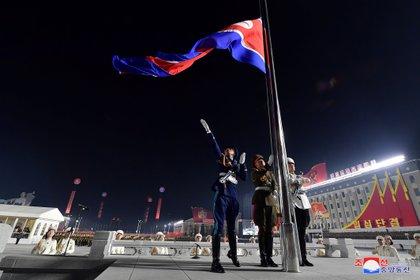 Una bandera de Corea del Norte fue izada al comienzo del desfile militar (KCNA via REUTERS)