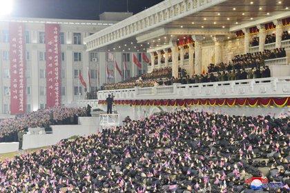En medio de la pandemia del coronavirus, una multitud se agolpó para saludar a Kim Jong Un este jueves en Pyongyang (KCNA via REUTERS)