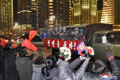 Los residentes en Pyongyang dan la bienvenida a los participantes de la exhibición de fuerza del régimen norcoreano (KCNA vía REUTERS)