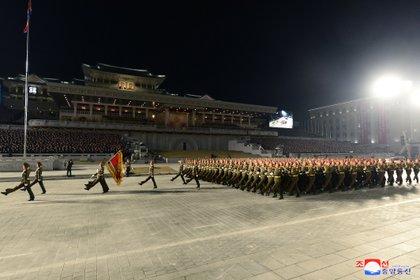 Las tropas marcharon frente a Kim Jong Un durante el desfile militar en Pyongyang, Corea del Norte, este 14 de enero de 2021 (KCNA vía REUTERS)