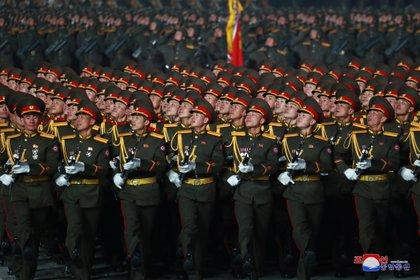Miembros de todas las fuerzas de seguridad norcoreanas marcharon este jueves en el desfile militar para cerrar el 8º Congreso del Partido de los Trabajadores en Pyongyang, Corea del Norte (KCNA).