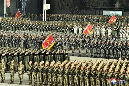 Vista general del desfile militar en la capital norcoreana (KCNA vía REUTERS)