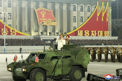 Las autoridades militares de Corea del Norte exhibieron su lealtad al líder Kim Jong Un ante los miles de ciudadanos que asistieron a la ceremonia (KCNA via REUTERS)
