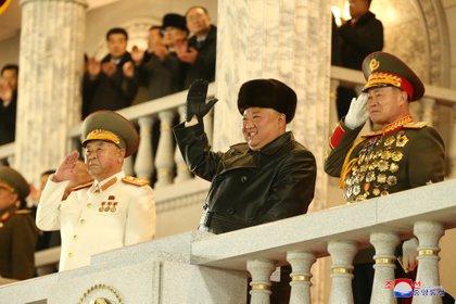 El líder norcoreano Kim Jong Un saluda durante la ceremonia del 8º Congreso del Partido del Trabajo en Pyongyang, Corea del Norte, el 14 de enero de 2021 en esta foto proporcionada por la Agencia Central de Noticias de Corea del Norte (KCNA)