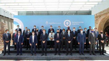 Alberto Fernández y los gobernadores nacionales en el Salón Bicentenario de la Casa Rosada