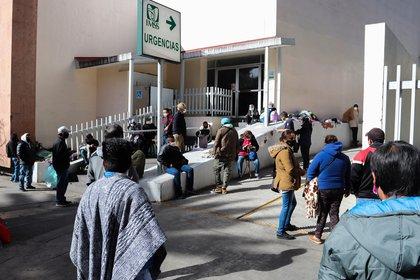 Familiares de pacientes contagiados por la covid-19, esperan informes este jueves, en las afueras de un Hospital del Instituto Mexicano del Seguro Social (IMSS), en Ciudad de México. EFE/José Pazos