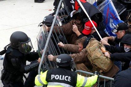 Una turba de seguidores del presidente Donald Trump forcejea con la policía antes de irrumpir en el Capitolio en Washington, EEUU. 6 enero 2021. REUTERS/Shannon Stapleton