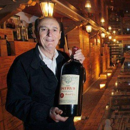 Michel-Jack Chasseuil con una botella de Petrus, uno de sus vinos más caros. .Foto: Facebook