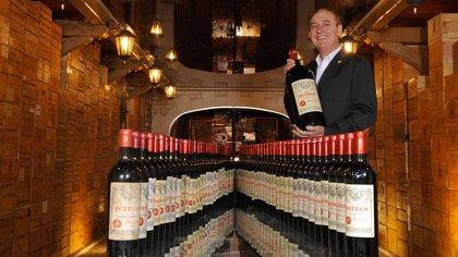 Michel-Jack Chasseuil frente a algunas de sus raras botellas.Foto: Facebook
