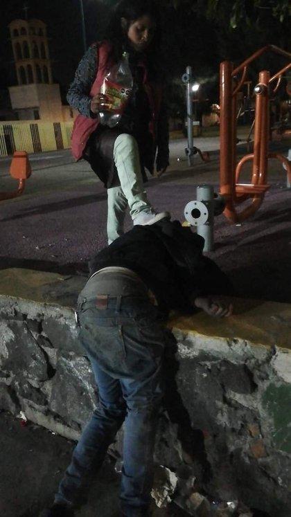 """Otra fotografía en donde se ve a la """"chica 13″ con un envase de refresco en la mano y un pie encima del hombre acosador, quien luce fulminado. (Fotografía: Andres Mayen/ Facebook)"""