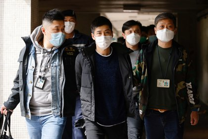 El activista prodemocracia Lester Shum llevado por agentes de policía después de que más de 50 activistas de Hong Kong arrestados bajo la ley de seguridad mientras se intensifica la represión. REUTERS/Tyrone Siu