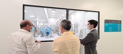 Guadarrama y López-Gatell en las instalaciones del laboratorio MAbxience, en Argentina (Foto: Twitter/efrain_gp)
