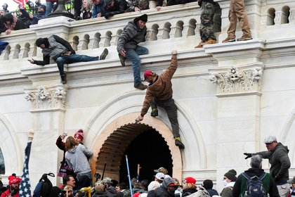 Los partidarios del Presidente de los Estados Unidos Donald Trump subiendo por las paredes del Capitolio de los Estados Unidos durante una protesta contra la certificación de los resultados de las elecciones, en Washington, EEUU, el 6 de enero de 2021. REUTERS/Stephanie Keith/Archivo Foto