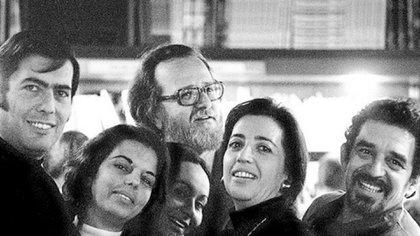 """Albina Boisrouvray junto a Marios Vargas LLosa, Gabriel Garcia Márquez, José Donoso y Carmen Balcells, la editora catalana del """"boom"""". Los autores participaron de la polémica revista """"Libre"""""""