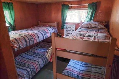 Tiene dos recámaras, una con cama matrimonial y otra con literas Foto: (Realtor)
