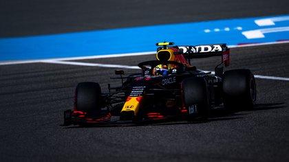 Sergio Checo Pérez concluyó en la quinta posición en el Gran Premio de Bahréin. El mexicano remontó 15 posiciones que le valieron para ser seleccionado como el Piloto del Día (Foto: Twitter@SChecoPerez)