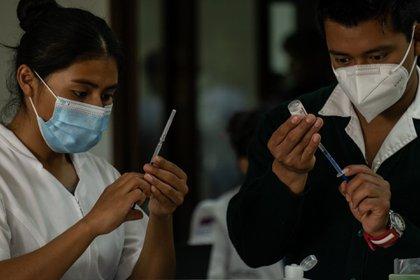 Cofepris ha emitido varias alertas por la venta fraudulenta de supuestas vacunas de AstraZeneca, Cansino, Sinovac, Sinopharm y Pfizer. (Foto: Cuartoscuro)