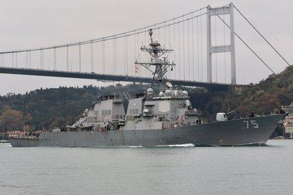 En ruta al Mar Negro, el destructor norteamericano USS Donald Cook atraviesa el Bósforo (REUTERS/Yoruk Isik/Archivo)