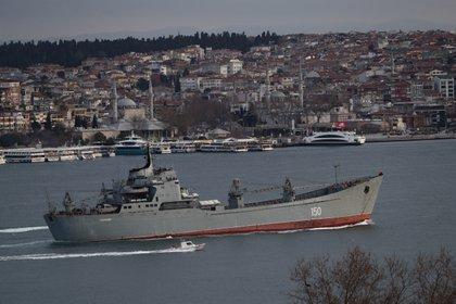 La lancha de desembarco rusa Saratov atraviesa el estrecho del Bósforo escoltada por un guarda costa turco (REUTERS/Murad Sezer)