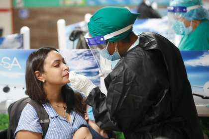 Trabajadores de la salud realizan test PCR, para detectar el coronavirus, en La Habana (Cuba). EFE/Yander Zamora/Archivo