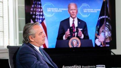 El presidente Alberto Fernández. De fondo, en la pantalla, su par de Estados Unidos, Joe Biden