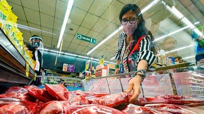 La secretaria Paula Español, controlando los precios de la carne