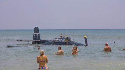 Los bañistas aprovecharon para llegar a nado a la nave de la Segunda Guerra Mundial