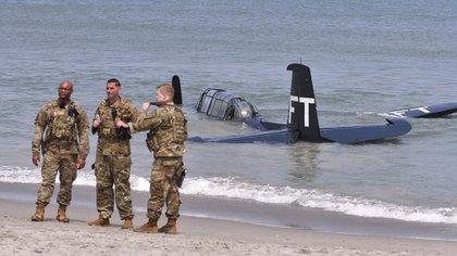 El TBM Avenger del Comando Aéreo Valiant realizó un aterrizaje de emergencia en el océano justo al sur del antiguo Club de Oficiales de la Base de la Fuerza Espacial Patrick durante el espectáculo aéreo de Cocoa Beach