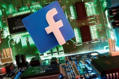 Imagen de archivo ilustrativa del logo de Facebook sobre una placa madre tomada el 24 de abril, 2020. REUTERS/Dado Ruvic /Ilustración/Archivo
