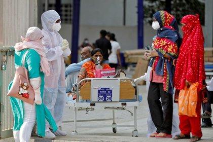 Pacientes en cama serán transferidos a un hospital en medio de la pandemia de coronavirus (COVID-19) en Ahmedabad, India, 14 de abril del 2021. REUTERS/Amit Dave