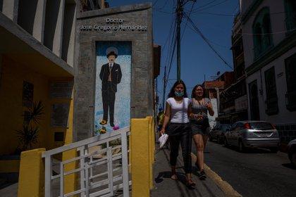Fotografía que muestra un mural alusivo a José Gregorio Hernández, el 16 de abril de 2021, en Caracas (Venezuela). EFE/Miguel Gutiérrez