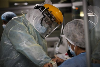Enfermeros del Centro de Tratamientos intensivos (CTI) del hospital privado Casmu se preparan para atender a pacientes covid-19, el 14 de abril de 2021 en Montevideo (Uruguay). EFE/ Raúl Martínez