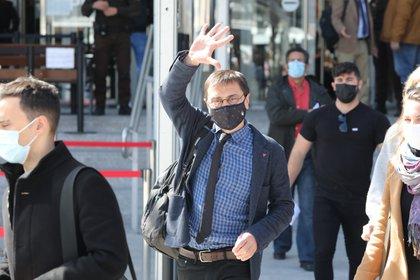"""15/03/2021 El cofundador de Podemos Juan Carlos Monedero saluda a su salida de los Juzgados de Plaza de Castilla tras declarar como imputado por la presunta financiación irregular del partido 'morado' en el caso 'Neurona', en Madrid, (España), a 15 de marzo de 2021. Monedero ha sido imputado después de que la Unidad de Delincuencia Económica y Fiscal (UDEF) indicara en un informe del pasado 3 de noviembre que el ex dirigente 'morado' cobró 26.200,31 euros de Neurona Consulting --la matriz mexicana de Neurona Comunidad-- por supuestos servicios de consultoría política que no habría prestado. Los investigadores sostienen que la única justificación de este pago sería una """"factura falsa"""". POLITICA Marta Fernández Jara - Europa Press"""
