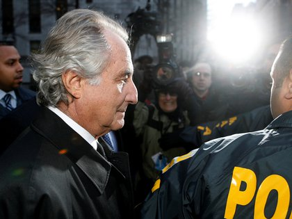 Madoff escoltado de la corte de Nueva York en 2009. (REUTERS/Lucas Jackson/archivo)
