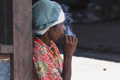 12/04/2021 Una mujer fumando en un mercado local de Wamena, provincia de Papua, en Indonesia. POLITICA PUPÚA NUEVA GUINEA OCEANÍA INTERNACIONAL PETER LANGER / ZUMA PRESS / CONTACTOPHOTO