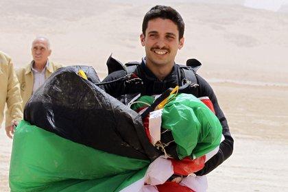 El príncipe Hamzah bin al-Hussein, después de lanzarse en paracaídas. Ahora, permanece en arresto dentro de su palacio. KHALIL MAZRAAWI / AFP)