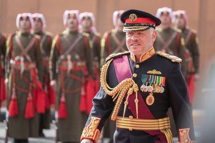 El rey Abdalá II de Jordania durante una ceremonia militar. Aparentemente, no hay deliberaciones en las Fuerzas Armadas y se mantienen fieles al monarca. Chris Setian/ DPA.
