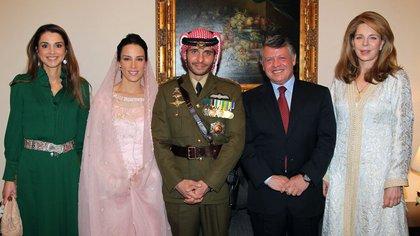 El rey Abdullah, la reina madre Noor, viuda del rey Hussein, y la reina Rania en el casamiento del príncipe Hamzah con la princesa Basma Otoum. (Photo by YOUSEF ALLAN / PETRA / AFP)
