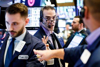 Agentes de Bolsa realizan su trabajo en el parqué de Nueva York, en Estados Unidos. EFE/ Justin Lane/Archivo