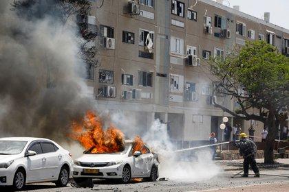 Bomberos apagan el incendio en un auto en Ashkelon (REUTERS/Nir Elias)