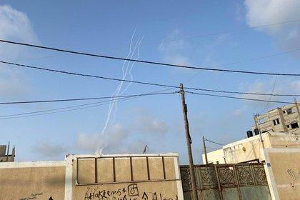 Las estelas de los cohetes se ven en el cielo de Gaza (REUTERS/Suhaib Salem)