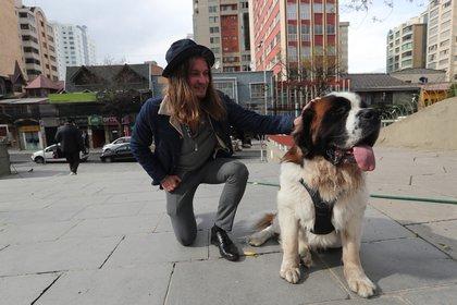 El francés Alexis Dessard posa con un perro durante una entrevista con Efe el 6 de mayo de 2021, en una plaza de la ciudad de La Paz (Bolivia). EFE/Martin Alipaz
