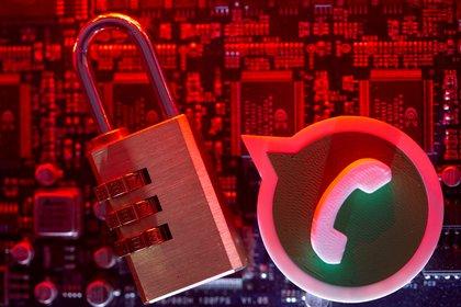 Mientras dure la cautelar, la CNDC investigará el uso que Facebook dará a los datos obtenidos de usuarios de WhatsApp REUTERS/Dado Ruvic/Illustration/File Photo